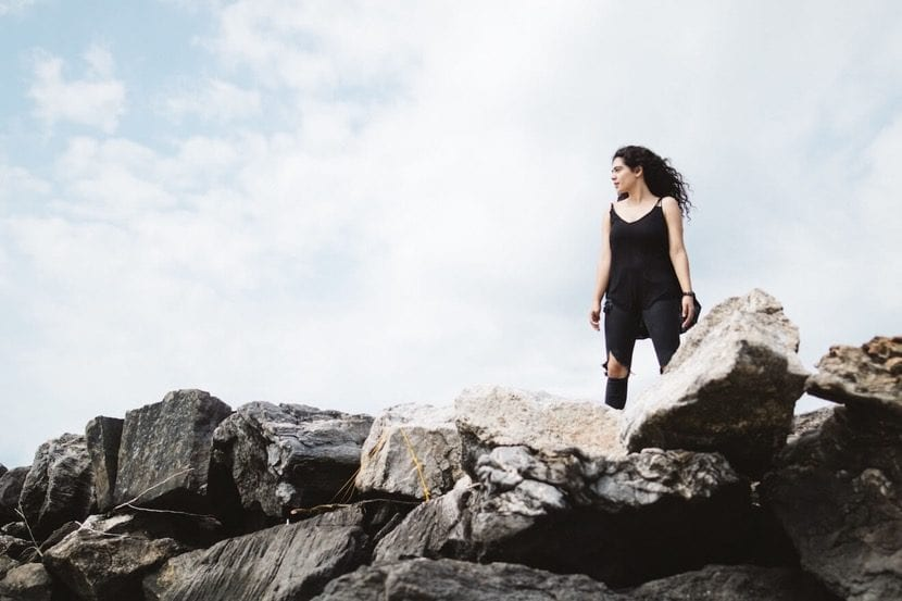 mujer resiliente en montana