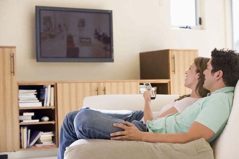ver la television en pareja