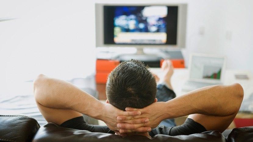 ver la television en casa