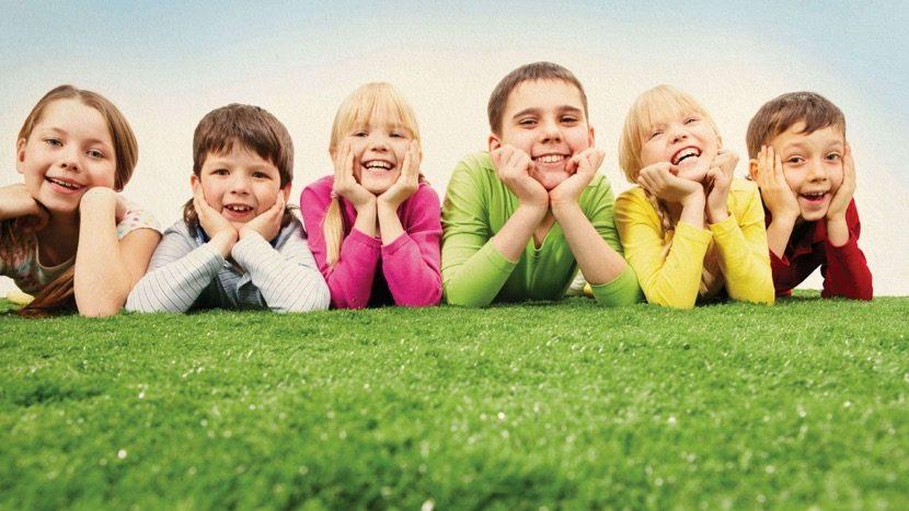 nenes tumbados en el campo felices
