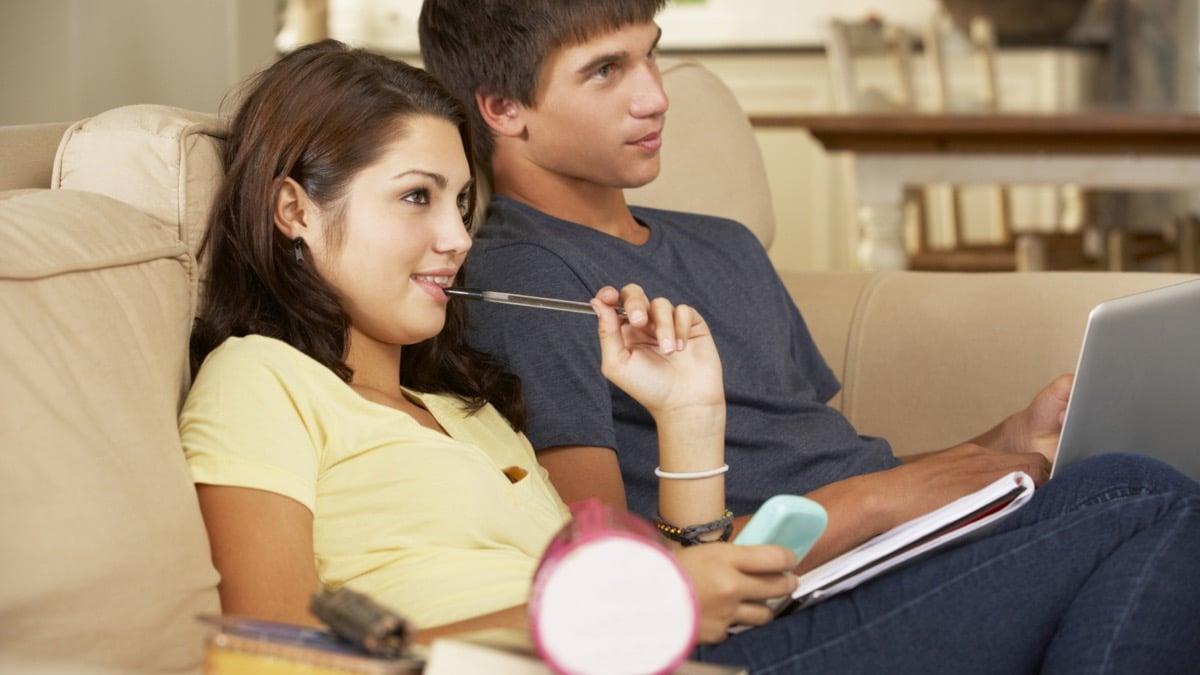 adolescentes viendo una peli en casa