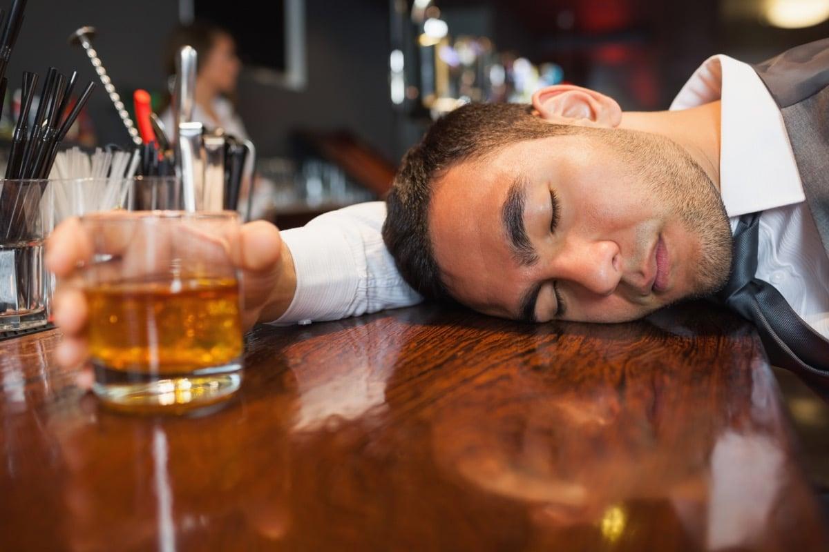 hombre que bebe en el bar