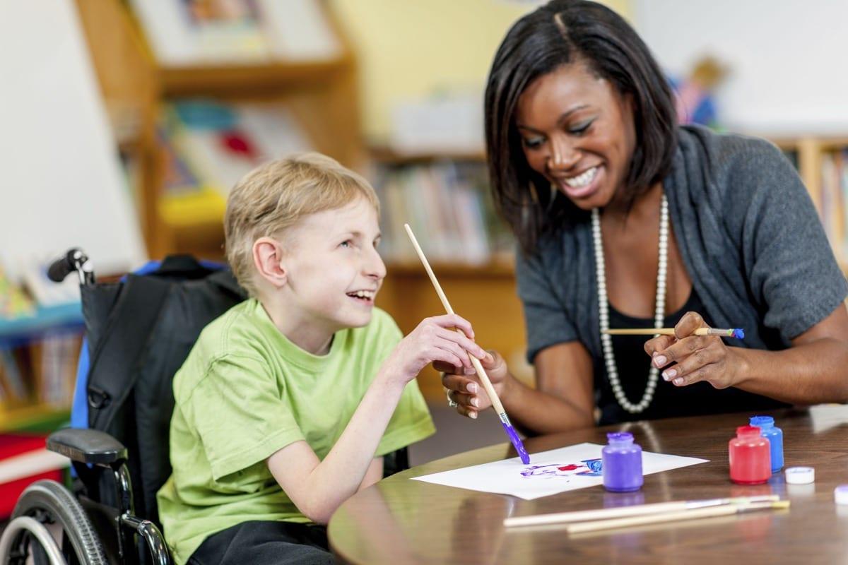 nene con necesidades educativas especiales