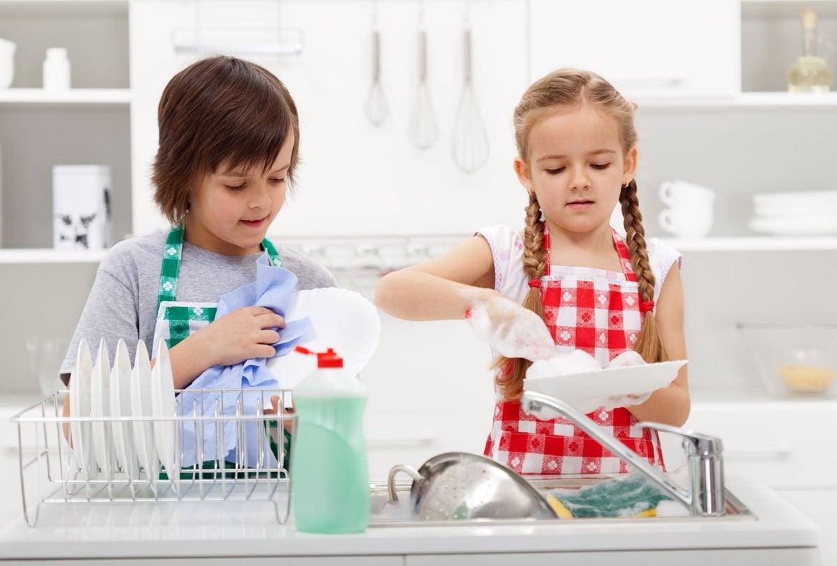 nenes en las tareas del hogar
