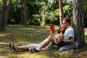 pareja que lee libros