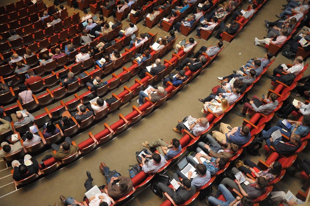 Las conferencias pueden reunir a muchas personas