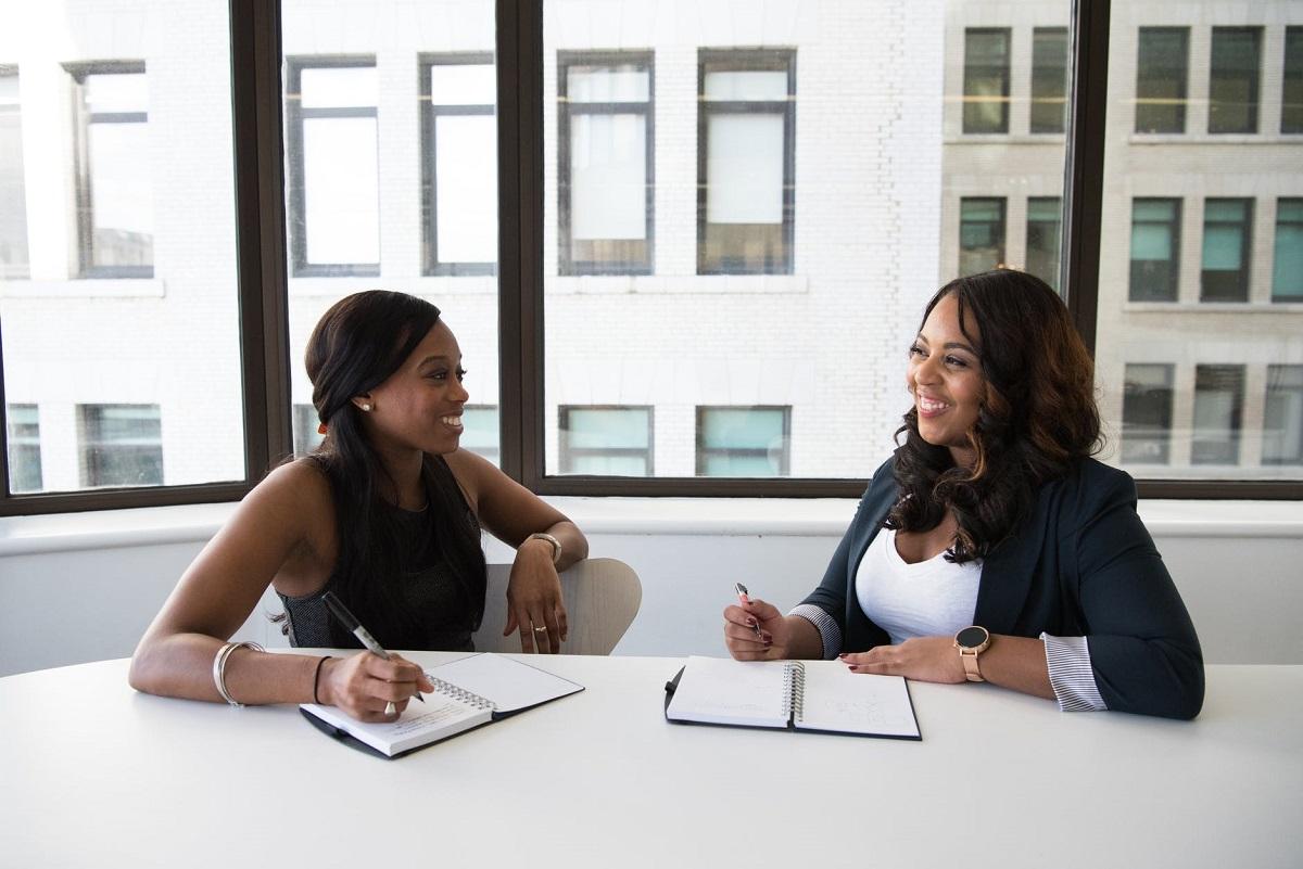 Puede ayudarte mucho a mejorar el listening el participar en reuniones