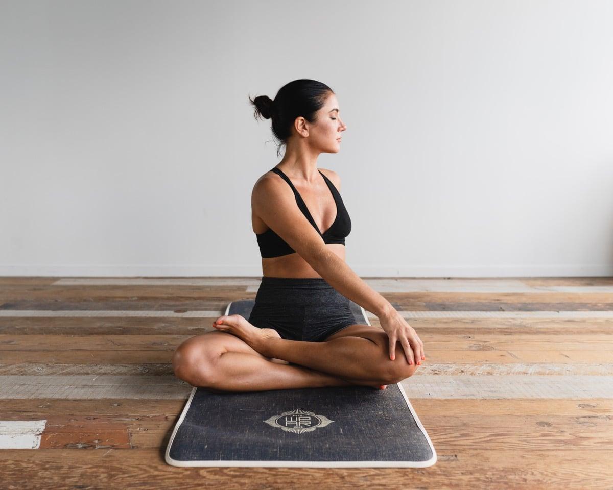 Mujer que hace yoga porque le gusta