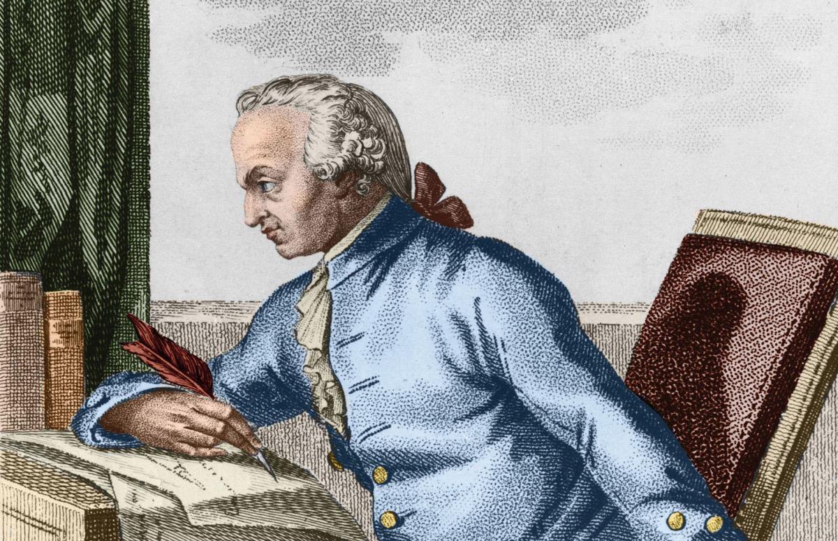 Immanuel Kant escribiendo frases en sus obras